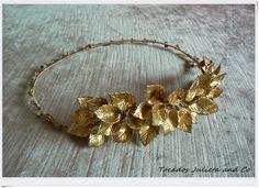 Corona de hojas dorada