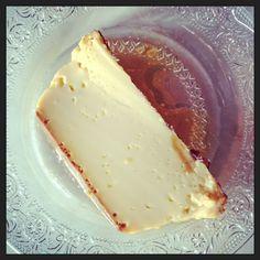 Pour 6 à 8 personnes : 8 oeufs / 1 litre de lait /40 morceaux de sucre /1 gousse de vanille . Faire bouillir le lait avec la gousse de vanille fendue en deux. , 30 morceaux de sucre. Retirer du feu et laisser reposer. Préchauffer le four à 120°C. Préparer...
