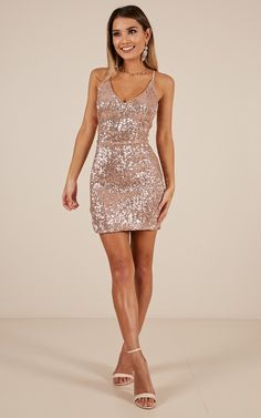 Minimal school formal evening wear beginning with the dress exit maximum impact for prom. Short Sparkly Dresses, Gold Sparkly Dress, Homecoming Dresses Tight, Pretty Dresses, Gold Sequin Dress Short, Elegant Dresses, Awesome Dresses, Casual Dresses, Short Tight Formal Dresses