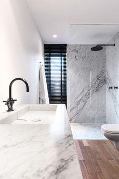 black and white - wood - marble - bathroom / salle de bains - bois - marbre - noir et blanc