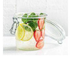 C'est la boisson healthy du moment.  Riche en vitamines, cette eau infusée est une tendance qui  nous vient des Etats-Unis. Légumes, fruits, herbes aromatiques… découvrez quatre recettes d'eaux détox à préparer tout au long de l'été.