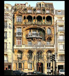 Immeuble de rapport (1901) 29 Avenue Rapp Paris 75007. Architecte : Jules Lavirotte. La façade sur rue et la toiture sont inscrites monument historique par arrêté du 16 octobre 1964
