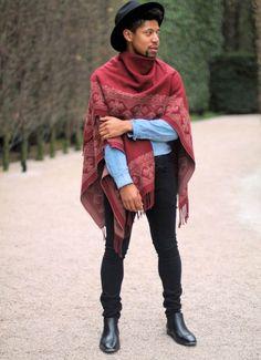 Confira algumas fotos para se inspirar e saber como usar o poncho masculino nos seus looks.