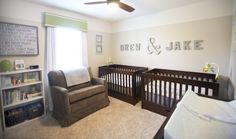 Que tal um quarto de bebê gêmeos com traços forte marcados pelos dois berços de madeira? O tapete de pêlos ficou em harmonia com o marrom e verde dos artigos.