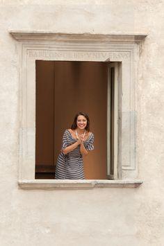Adriana Kucerova si affaccia alla finestra del primo piano di Casa Menotti
