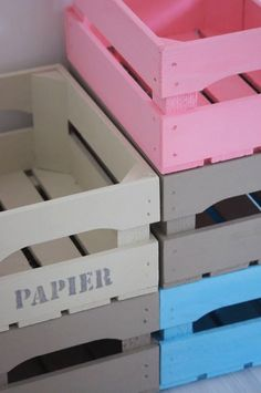Le cassette di stoccaggio in legno sono uno degli oggetti preferiti da chi ama il riciclo creativo. Ci si possono realizzare comode librerie, sgabelli, comodini e mobili vari.