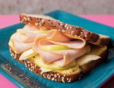 Para un desayuno delicioso te proponemos un sándwich de jamón de pavo y manzana, fácil de preparar y no tiene alto contenido de grasa. La manzana es el sabor especial que tiene este plato. Ver también:Cómo calentar antes de salir a correr para evitar lesiones (VIDEO) Ingredientes: Pande sá…