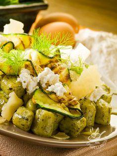 Green gnocchi with ricotta and zucchini - Gli Gnocchi verdi con ricotta e zucchine sono un piatto dagli ingredienti semplici e genuini! Aggiungete delle arachidi, se preferite una nota croccante! #gnocchiverdiconricotta