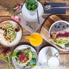 Mehr als nur ein Café - Das Moki's Goodies in Eimsbüttel ist eine Oase der Ruhe und des guten Geschmacks, traditionell und zugleich modern. Die Thekenverkleidung aus einem alten Scheuentor ist nur ein Highlight der Einrichtung: Bodentiefe Fenster, raue Oberflächen und viel Holz machen das gemütliche industrielle Ambiente des Cafés aus. Dazu gibt es natürlich WLAN und viele hausgemachte Köstlichkeiten. Weiter lesen.