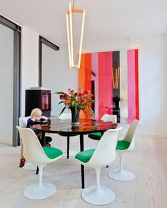 Great dining rooms, well decorated and designed. Classic or modern dining rooms. Dining rooms ideas, dining room with fireplace, dining rooms color, dining room storage. Dining Room Inspiration, Home Decor Inspiration, Decor Ideas, Rooms Ideas, Minimalist Dining Room, Modern Minimalist, Colorful Apartment, Tulip Chair, Beautiful Dining Rooms