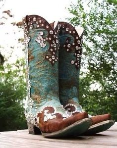 Blinged Out Boots ~ Shelbi Lavender Designs The Cowgirl Way Magazine™ Looks like Lane's Dawson, but with bling! Mode Country, Estilo Country, Country Girls, Cowgirl Style, Cowgirl Boots, Cowgirl Bling, Western Wear, Western Boots, Country Boots