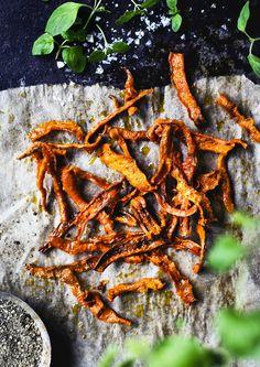 Här kommer ett tips på supergott snacks! Att göra chips på morötter är enkelt och blir så grymt gott. Allt som behövs är morötter, olivolja och örtsalt. Ät chipsen som de är, dippa dem i...