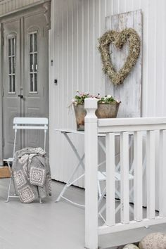 leuke strokrans - Lilly is Love Cottage Shabby Chic, White Cottage, Outdoor Spaces, Outdoor Living, Porch Styles, Vibeke Design, Scandinavian Home, Shabby Vintage, Porches