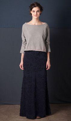 Как говорится всё гениальное- просто) но в данном случае еще и трудоёмко) Американский модный брэнд 'Alabama Chanin' основан в 2006-м дизайнером Натали Шанин (Natalie Chanin). Марка 'Alabama Chanin' отшивают изделия небольшими партиями с использованием переработанных и органических материалов.