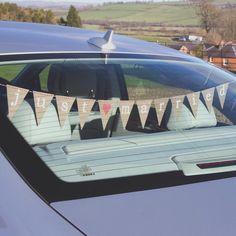 Dolcissime bandierine Just Married da appendere al vetro posteriore dell'auto degli sposi oppure sotto il baule.