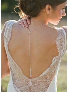 De subtiles larmes de cristal pour souligner et mettre en valeur le dos nu de votre robe de mariée sans le surcharger.