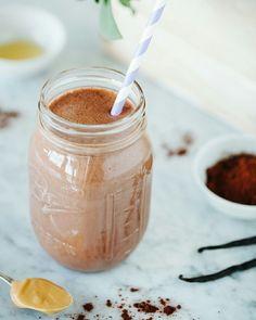 Buona domenica! Io iniziò così: Smoothie al Cacao crudo Latte di Mandorla e Vaniglia Tagga un amico per condividere la ricetta. 2 Cucchiaini di cacao crudo in polvere o granella  Bacca di vaniglia 250 ml di latte di mandorla o altro latte vegetale 1 Cucchiaino di burro di mandorla Succo dagave integrale (facoltativo)  #f52grams #feedfeed #eeeeeats #bareaders #colazioneitaliana #bhgfood #huffpostetaste #buzzfeast #buzzfeedfood #foodgawker #tastespotting #plantstrong #colazionetime…
