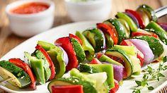 Kdo řekl, že grilovat se dá pouze maso? Vyzkoušejte zeleninové špízy! Určitě budou fantastické.