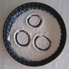 Afin d'aborder le graphisme, je propose une activité avec farine et moule à tarte.