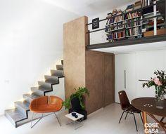Nel miniappartamento di 30 mq è stata costruita una struttura sopraelevata che aggiunge 9 mq di superficie calpestabile. Soluzioni su disegno consentono di ottimizzare gli spazi ridotti.