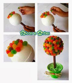 Crea de una manera fácil bellos topiarios de dulces para obsequiar o decorar. Mira el paso a paso: Vía: etsy.com Materiales a ne...