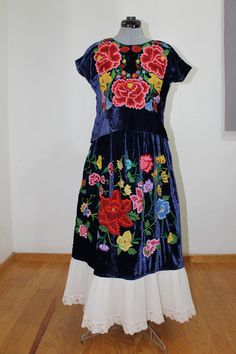 Traje de terciopelo antiguo. Bordado a mano. Mexican Outfit, Mexican Dresses, Embroidery On Clothes, Cultural Diversity, Mexican Art, Sweater Outfits, American Apparel, Boho, Textiles