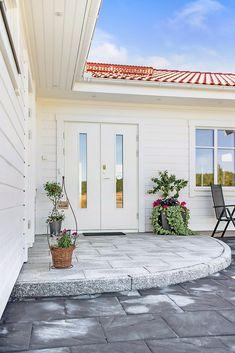 Villa Dalarö från A-hus French Provincial Bedroom, Backyard, Patio, Home Interior Design, Diy Home Decor, Sweet Home, Villa, Home And Garden, Cottage