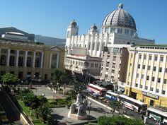 Plaza Morazán, Teatro Nacional, Catedral Metropolitana y el edificio del ex Banco Salvadoreño.  Foto descargada del Fan Page en Facebook: EL SALVADOR DE AYER Y HOY (https://www.facebook.com/pages/EL-SALVADOR-DE-AYER-Y-HOY/197737380255887?sk=wall)
