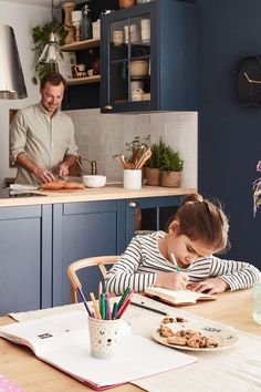 La cuisine, on l'aime conviviale, chaleureuse et authentique ! Aujourd'hui, on vous dévoile cette cuisine de charme au look campagne revisité. Sa forme en U et ses aménagements bien pensés la rendent fonctionnelle au quotidien. Côté style, elle se veut rustique mais chic, grâce à l'alliance du bois, du bleu foncé et de l'effet carreaux de ciment. Modern Kitchen Design, Interior Design Living Room, Diy Bedroom Decor, Diy Home Decor, Kitchenette, Garden Design, New Homes, Kitchen Inspiration, Furniture