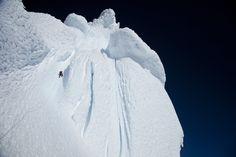 David Lama dans la montée de la dernière section du Cerro Torre. Le risque est énorme.