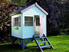A gauche, ma cabane en cours de peinture et la photo de cabane parfaite à droite Diy Playhouse, Playhouse Outdoor, Kids House Garden, Home And Garden, Cubby Houses, Play Houses, Mud Kitchen, Backyard For Kids, Pallet Kids