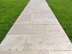 Travertin Medium-Platten als Gehweg im Garten