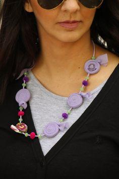 Collar con rosetas de tela moradas joyería por PriFabricsAndBeads