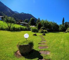 Weg ins Grüne zum Gatterhof Garten #kleinwalsertal #Garten #riezlern österreich Stepping Stones, Golf Courses, Outdoor Decor, Places, Summer, Stair Risers