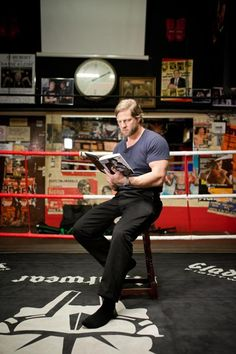 """In """"Der letzte Bulle"""" spielt Henning Baum einen Kommissar der ganz alten Schule. Auch privat boxt er gern - und ist damit der passende Mann, um Takis Würgers Buch """"Knockout. Das Leben ist ein Kampf"""" in der Hamburger Kneipe """"Ritze"""" vorzulesen"""