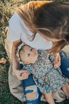New Baby Pictures 1 Year Mom Ideas Neue Babybilder 1 Jahr Mutter Ideen Category: Baby & Maternity Photo Ideas. Mommy And Baby Pictures, Mommy Daughter Pictures, Family Photos With Baby, Family Picture Poses, Baby Girl Photos, Fall Family Photos, Family Pics, 6 Month Baby Picture Ideas, Outside Baby Pictures