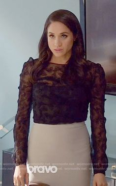 Rachel's sheer black top on Suits Suits Mike And Rachel, Suits Meghan, Meghan Markle Suits, Meghan Markle Style, Business Casual Outfits, Office Outfits, Stylish Outfits, Office Wear, Work Outfits