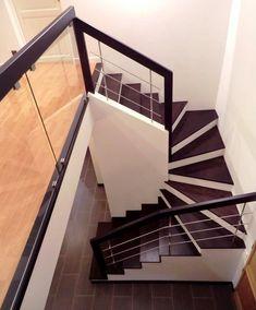 Marches en bois sur escalier béton, garde-corps bois, inox et verre.