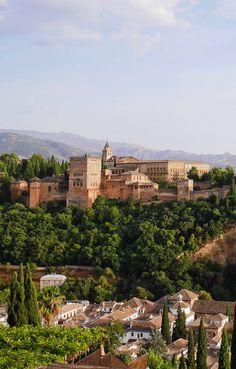 Voyage en Andalousie : vue sur les palais de l'Alhambra depuis le quartier de l'Albaicin à Grenade. (View of the Alhambra Granada) http://www.petits-voyageurs.fr/aux-portes-de-sierra-nevada/