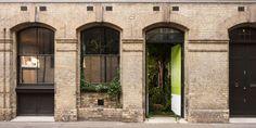 Casa Greenery - A Parceria entre Pantone e AirBnb - Greenery - Pantone - Cor do Ano - Pantone 2017 - Verde Greenery - Green Greenery - Paleta de Cores - Fachada de Casas - Arquitetura - Tijolo Aparente - Londres - London Apartments For Rent, Verde Greenery, Pantone 2017 Colour, Pantone Greenery, Woodland House, Color Of The Year 2017, Brick Building, London Life, Best Interior