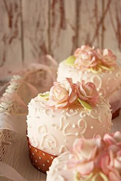 Individual wedding gift cakes. Pretty in pink... But it just seems wicked expensive and a crazy amount of extra work to do that for each table at the reception. Or for each guest!