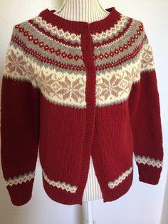 Nancy kofte  3tråds fra Rauma Ull Intarsia Patterns, Knitting Patterns, Knitted Fabric, Knit Crochet, Fair Isle Pattern, Fair Isle Knitting, Vintage Knitting, Baby Sweaters, Stitch
