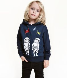 Dark blue/Star Wars. Shirt in lightweight sweatshirt fabric with embroidery and printed motif at front, jersey-lined hood, and ribbing at cuffs and hem.