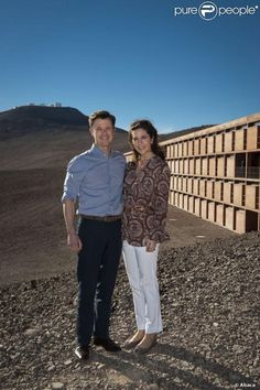 Le prince héritier du Danemark Frederik et son épouse la princesse Mary prennent la pose à l'Observatoire du Cerro Paranal dans le désert d'Atacama le 14 mars 2013, proche de l'hôtel où avait été tourné James Bond : Quantum of Solace