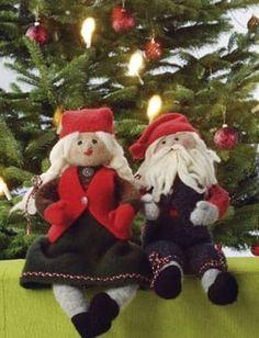 Det fine, gammeldags nissepar er lige som de skal være, med flot tøj og de helt rigtige detaljer Xmas, Christmas Ornaments, Troll, Teddy Bear, Journal, Barn, Sewing, Knitting, Holiday Decor