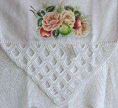 Pano de prato branco de algodão, pintado a mão e barrado em croche com linha de algodão.  Frete por conta do cliente R$ 30,00