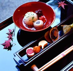 List of gastronomic restaurants in Tokyo, Osaka, Kobe, Kyoto and Nara awarded 3 stars by the prestigious Michelin Red Guide. Japanese Table, Japanese Sweets, Japanese Food, Traditional Japanese, Tokyo Restaurant, How To Cook Rice, Culinary Arts, Osaka, Soul Food