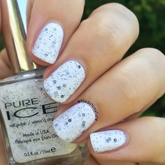 First swatch from the @officialpureice Scoop collection (please don't quote me on that I can't find any info online about this collection!) is Cookies 'N Cream. Black matte large hex and micro-glitters in a white crelly base. This is 2 super easy coats. ❤️