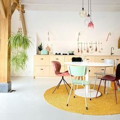 Binnenkijken bij… de driegeneratiewoning met vintage tones van Ayla - Eigen Huis en Tuin Ikea Hack, Diys, Sweet Home, Dining Table, Hacks, Furniture, Home Decor, Decoration Home, Bricolage