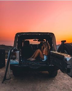 Beautiful summer sunset on the beach. Watching the sunset from the back of a Jeep. Cute Photos, Cute Pictures, Foto Casual, Summer Goals, Summer Aesthetic, Cute Cars, Jolie Photo, Jeep Life, Mellow Yellow